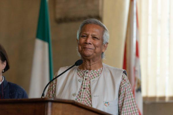 Muhammad Yunus parla dal leggio