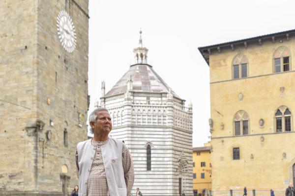 Yunus a Pistoia davanti al Battistero