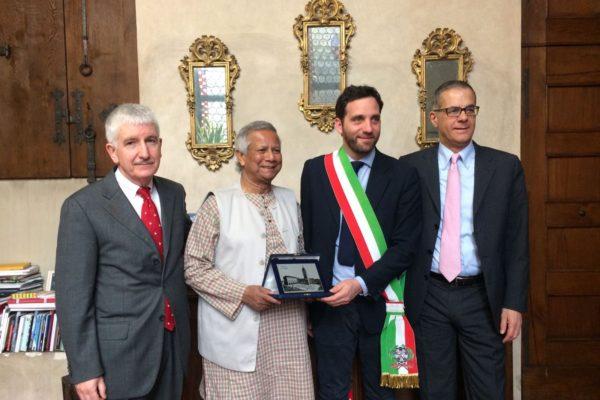 Il Prof Yunus insieme al Sindaco di Pistoia e ai presidenti di Fondazione Caripit e Fondazione Un Raggio di Luce Onlus