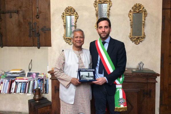 Il Prof Yunus con il Sindaco di Pistoia Tomasi