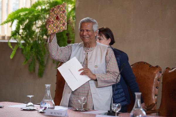 Yunus mostra il dono ricevuto