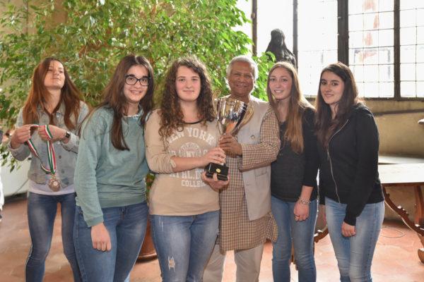 Yunus con gli studenti del concorso per le scuole superiori