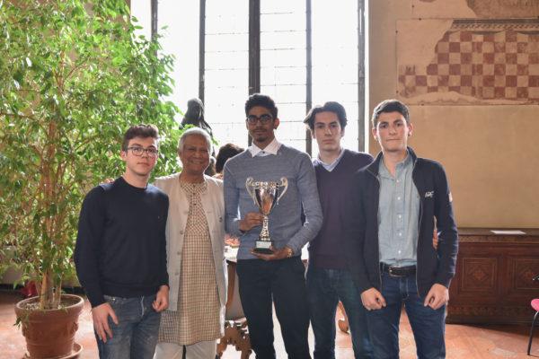 Yunus con studenti del concorso sul social business