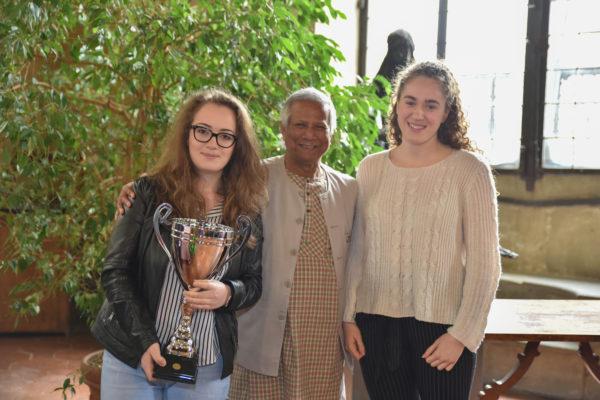 Yunus con gli studenti vincitori del concorso sul social business
